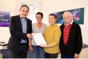 Bürgermeister Dirk Harscher, Magdalene Blessing, Dagmar Fuchs, Georg Friedrich Schröder bei der Übergabe der 3000 Unterschriften für ein MVZ