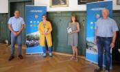 Bürgermeister Dirk Harscher, Tanja Wetzel, Erna Luft, Personalratsvorsitzender Andreas Gaenzle bei dem Dienstjubiläum im Rathaussaal in Schopfheim