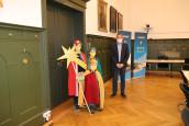 Bürgermeister Harscher begrüßt die Sternsinger im Rathaussaal