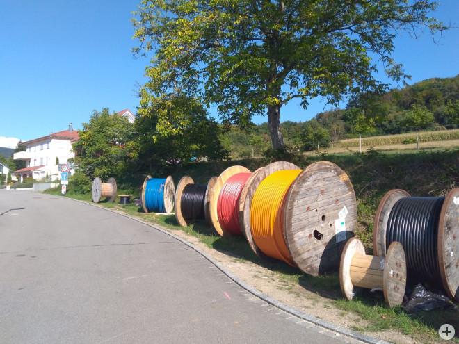 Glasfaserausbau: Bunte Leerrohre auf Kabeltrommeln – ein ähnliches Bild (hier in Wollbach) wird sich in Enkenstein künftig auch zeigen