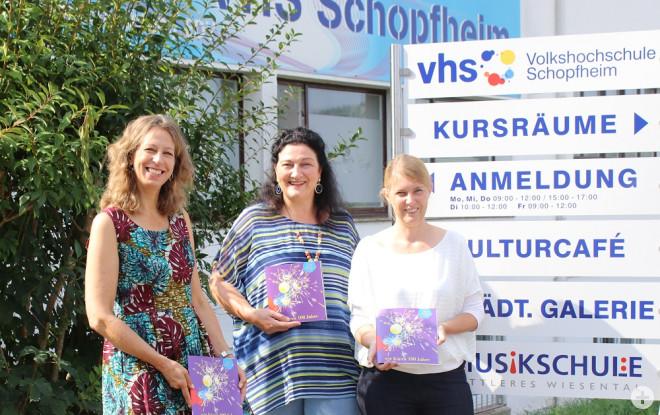 Ruth Simons, Angelika Bühler und VHS-Leiterin Katrin Nuiro stellen das neue VHS-Programm vor.