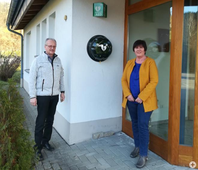 Jürgen Strittmatter und Eva Brutschin bei der Vorstellung des Defibrilators in Enkenstein