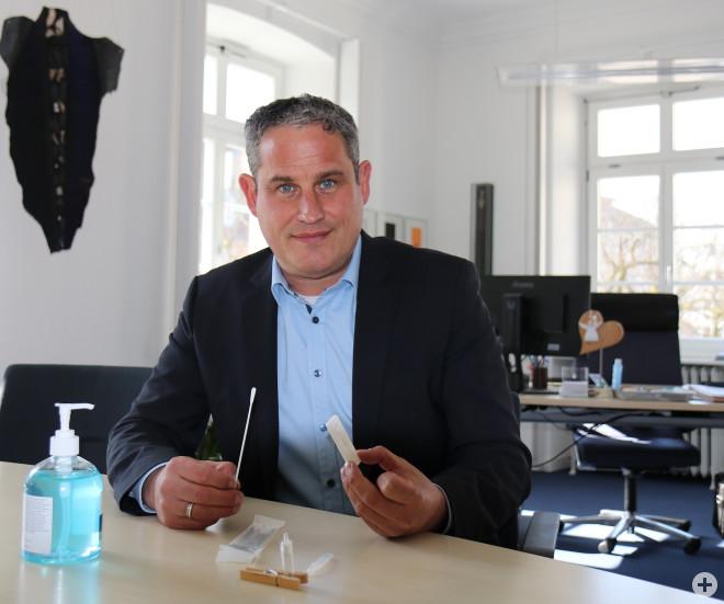 Bürgermeister Dirk Harscher mit einem Nasenabstrichtest.