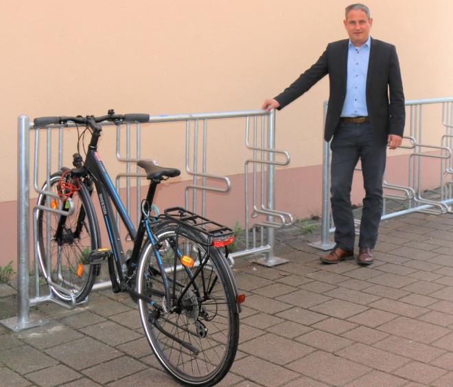 Bürgermeister Dirk Harscher präsentiert die neuen Fahrradständer im Stadtgebiet